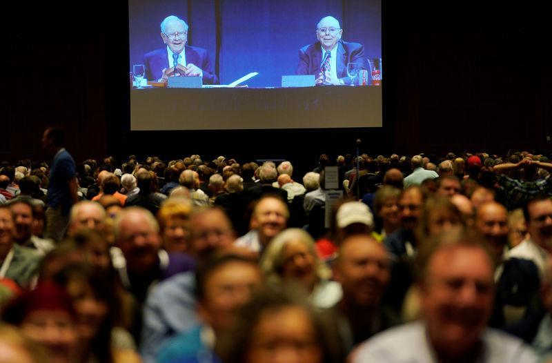 Warren Buffett (L), CEO of Berkshire Hathaway Inc, and Charlie Munger, vice chairman of Berkshire are seen on a screen at the company's annual meeting in Omaha, Nebraska, U.S., May 5, 2018. REUTERS/Rick Wilking
