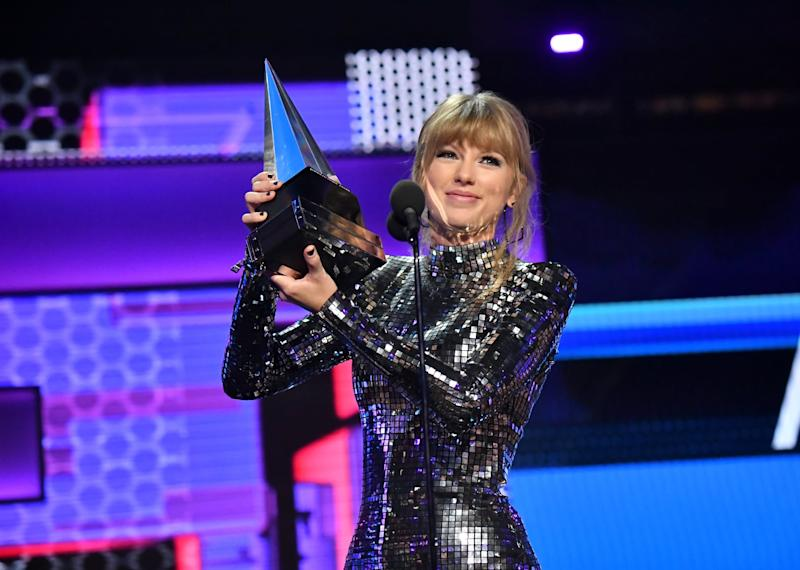 LOS ANGELES, CA - OCTOBER 09: Taylor Swift accepts Artist of the Year onstage during the 2018 American Music Awards at Microsoft Theater on October 9, 2018 in Los Angeles, California. (Photo by Jeff Kravitz/AMA2018/FilmMagic For dcp ,)