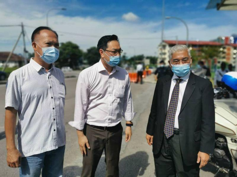 Johor PKR deputy chief Jimmy Puah Wee Tse (centre) is pictured with lawyer Hassan Abdul Karim (right) outside the Johor Baru South district police headquarters in Larkin April 8, 2021. — Picture by Ben Tan