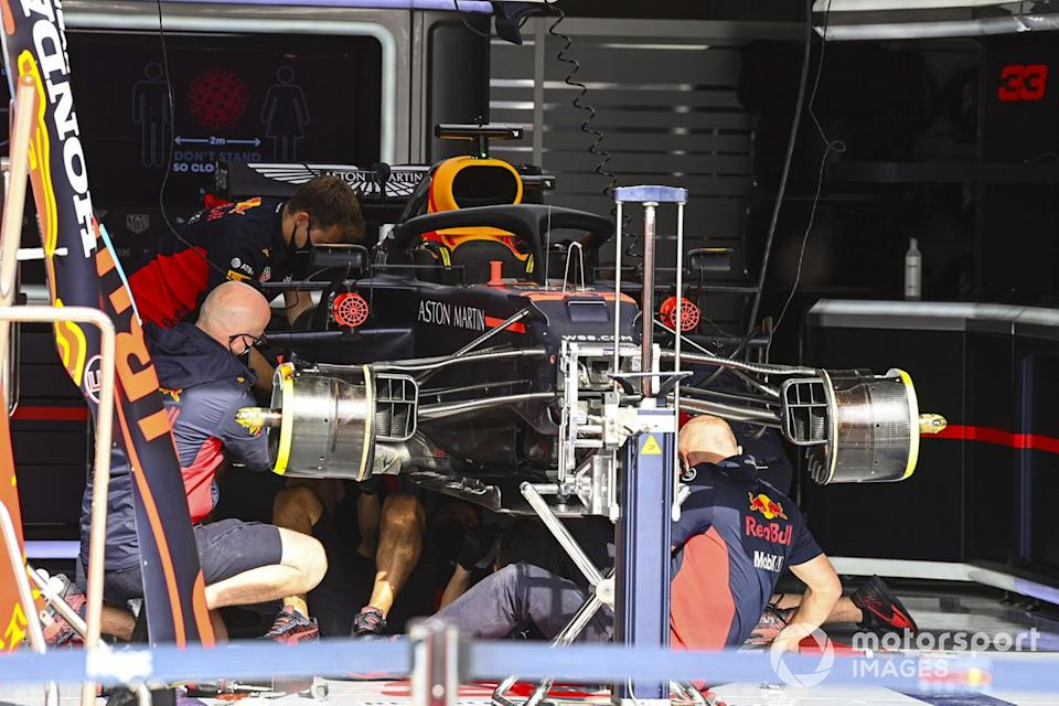 "Mecánicos montando el coche Max Verstappen, Red Bull Racing RB16<span class=""copyright"">Mark Sutton / Motorsport Images</span>"