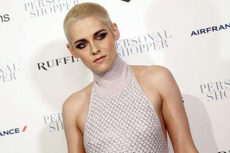 """Actress Kristen Stewart poses as she arrives for the premiere of her new film """"Personal Shopper"""" in New York, U.S., March 9, 2017. REUTERS/Mike Segar"""