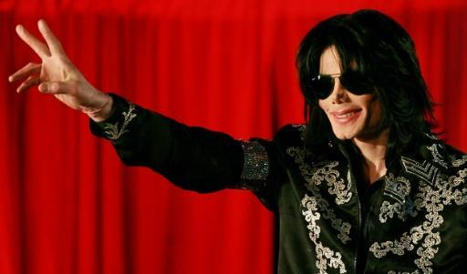 Smooth Criminal: Michael Jackson statue given rifle by Rio narcos