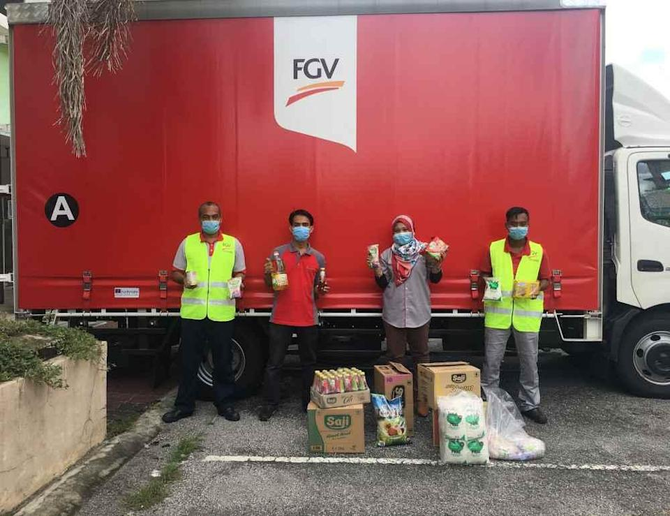 FGV Holdings Berhad staff deliver bags of daily essentials to the needy community. — Picture courtesy of FGV Holdings Berhad