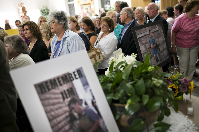 Parishioners wait to greet the family of James Foley after a Catholic mass at Our Lady of the Holy Rosary Parish August 24, 2014 in Rochester, New Hampshire (AFP Photo/Dominick Reuter)