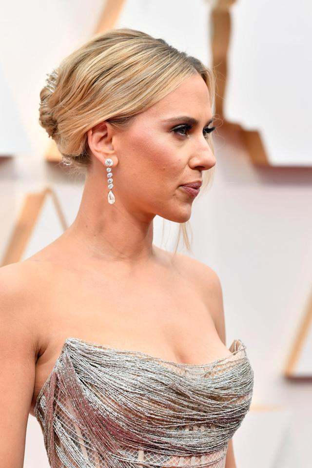 Johansson apostó por maquillaje glitter y pendientes de brillantes en Oscar 2020 (Photo by Amy Sussman/Getty Images)