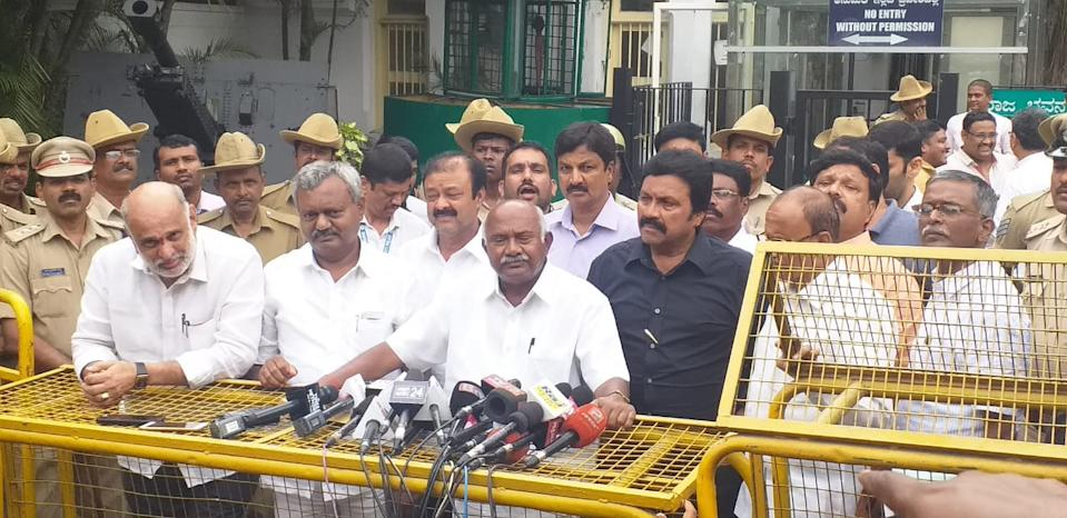 """2019 saw Karnataka fall into a political quagmire as several members of the Karnataka Legislative Assembly submitted their resignations to the speaker, resulting in the fall of the UPA government in the state. A total of 13 members from the Congress resigned from the party. They were joined by three MLAs from JDS and one from Karnataka Pragnyavantha Janatha Party (KPJP). The coalition government tried to get the MLAs to rescind on the resignations, by offering them cabinet positions, and also requested the speaker to disqualify those who had resigned under the anti-defection law, but to no avail. A number of the members fled to Mumbai. This pushed the HD Kumaraswamy-led state government to a minority. Subsequently, Kumaraswamy resigned from the CM's post after he lost the majority in the trust vote, getting 99 votes as compared to BJP's 105 votes. BJP was then invited to form the government as the single largest party, and B.S Yeddyurappa became the CM. <em><strong>Image credit:</strong></em> <a href=""""https://publish.twitter.com/?query=https%3A%2F%2Ftwitter.com%2FDDChandanaNews%2Fstatus%2F1147471151519506433&widget=Tweet"""" rel=""""nofollow noopener"""" target=""""_blank"""" data-ylk=""""slk:Twitter/DD Chandana"""" class=""""link rapid-noclick-resp"""">Twitter/DD Chandana</a>"""