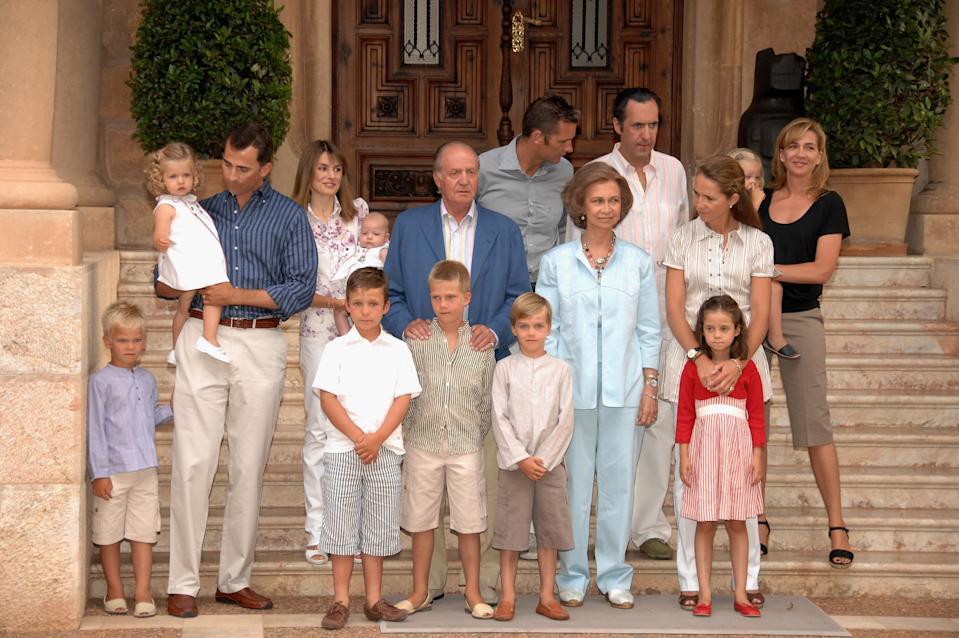 MALLORCA, SPAIN - AUGUST 06:  Spanish Royals Family (L to R) Miguel, Princess Leonor, Crown Prince Felipe, Princess Letizia, Princess Leonor, King Juan Carlos, Juan Valentin, Inaki Urdangarin, Queen Sofia, Pablo Nicolas, Jaime de Marichalar, Felipe Juan Froilan, Princess Elena, Victoria Federica, Irene and Princess Cristina attend a photocall on August 06, 2007 at Marivent Palace in Mallorca, Spain  (Photo by Carlos Alvarez/Getty Images)