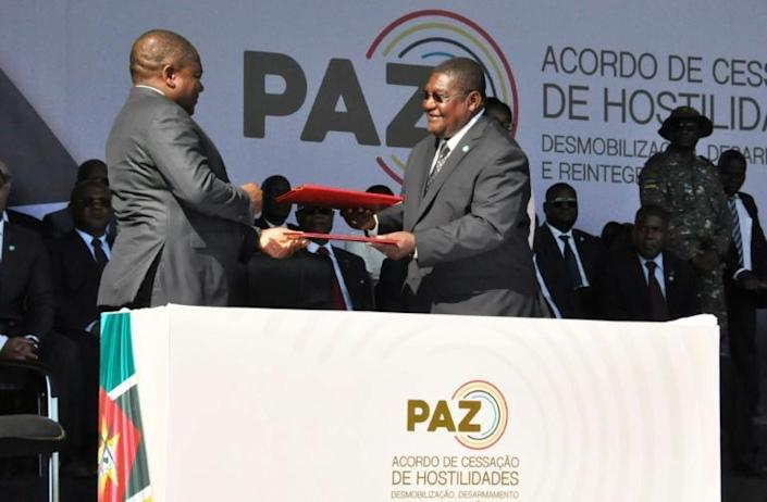 Mozambique's President Filipe Nyusi and Renamo leader Ossufo Momade had each other signed peace accords at the historic ceremony (AFP Photo/Stringer)