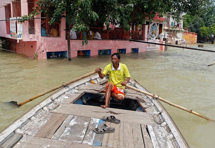 <p>A man rows a boat through a street flooded by water from the banks of the river Ganga, in Allahabad, India, August 26, 2016. (REUTERS/Jitendra Prakash)</p>
