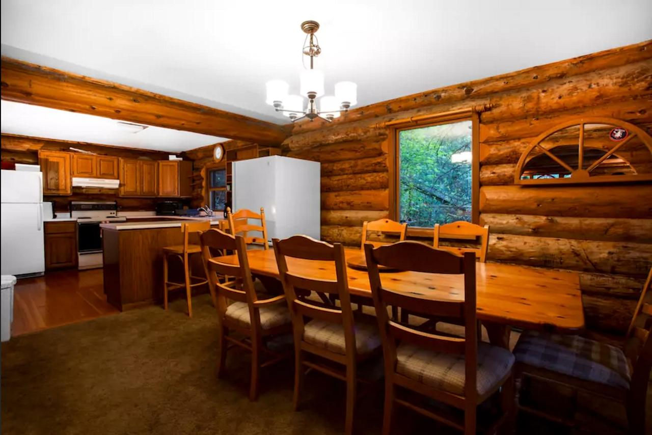<p>The dining area is big enough to accommodate the in-laws, and there's convenient bar seating for the kids. (Airbnb) </p>