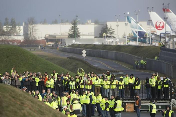 Boeing employees and others watch as a Boeing 777X airplane taxis before taking off on its inaugural flight at Paine Field in Everett, Washington in the United States on January 25, 2020 (AFP Photo/Jason Redmond)