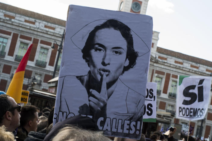 """A placard reading """"Don't shut up"""" is seen as demonstrators gather at Puerta del Sol during the """"March for Change"""" organised by left-wing party Podemos, on January 31, 2015 in Madrid (AFP Photo/Pedro Armestre)"""
