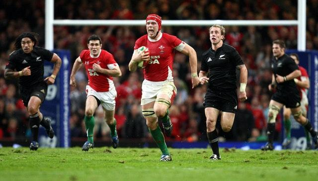 Alun Wyn Jones breaks through the New Zealand defence