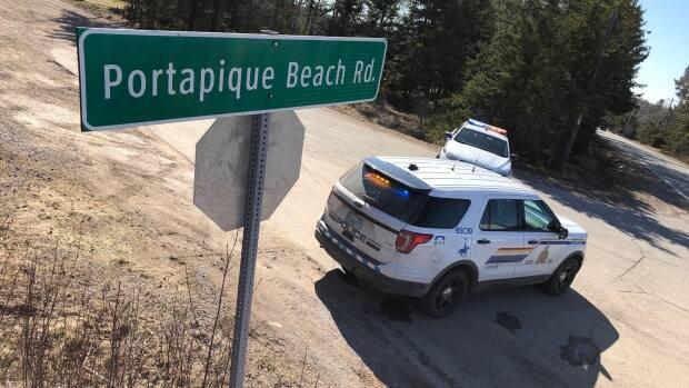 The RCMP blocks the path to Gabriel Wortman's property in Portapique, N.S., during the investigation into the shootings.  (Jonathan Villeneuve/Radio-Canada - image credit)