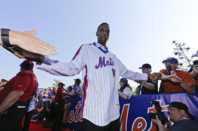 Former New York Mets player Dwight Gooden greets fans before a baseball game between the Los Angeles Dodgers and the New York Mets, Saturday, May 28, 2016, in New York. (AP Photo/Frank Franklin II)