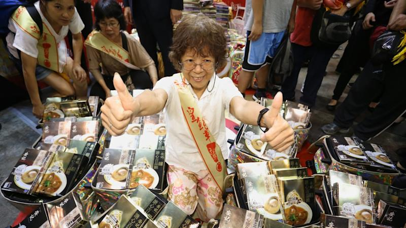 Hong Kong Food Expo worth wait for retiree as she bags HK$7,000 of abalone in HK$1 game