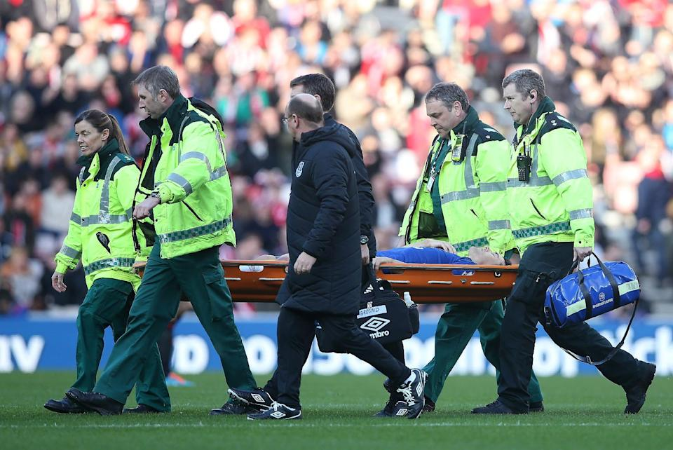 Everton's English midfielder Gareth Barry is stretchered off after an injury during the English Premier League football match between Sunderland and Everton on November 9, 2014 (AFP Photo/Ian MacNicol)