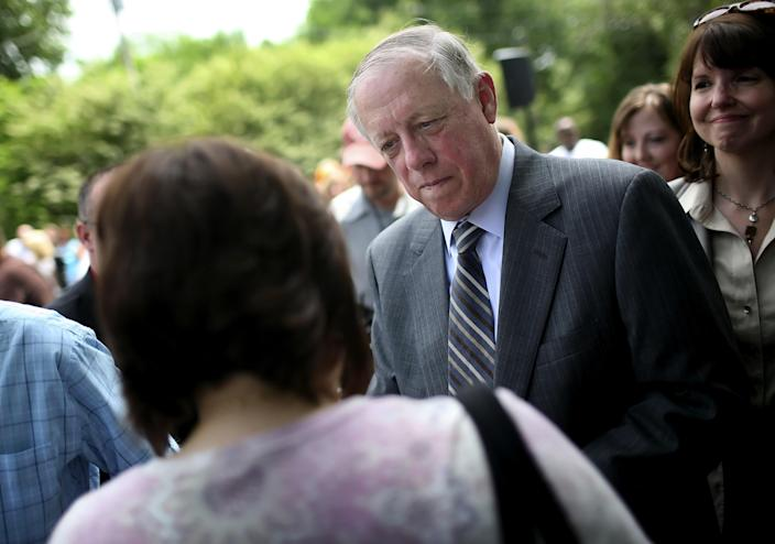 Bredesen talks with Perry County residents in 2009 in Linden, Tenn. (Photo: Josh Anderson/AP)