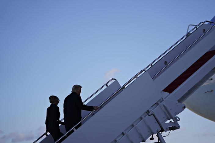 El presidente Donald Trump (derecha) y la primera dama de Estados Unidos, Melania Trump, abordan el Air Force One durante una ceremonia de despedida en la base conjunta Andrews, Maryland (EPA)