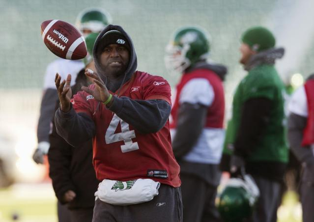 Saskatchewan Roughriders quarterback Darian Durant catches a ball during practice in Regina, Saskatchewan, November 22, 2013. The Saskatchewan Roughriders will play against the Hamilton Tiger-Cats in the CFL's 101st Grey Cup in Regina. REUTERS/Mark Blinch (CANADA - Tags: SPORT FOOTBALL)