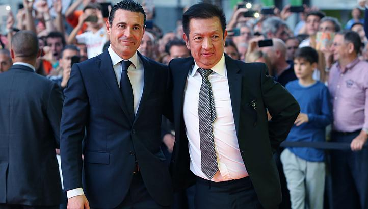 Peter Lim (right) and Valencia's President Amadeo Salvo. (Image Credit: www.straitstimes.com)