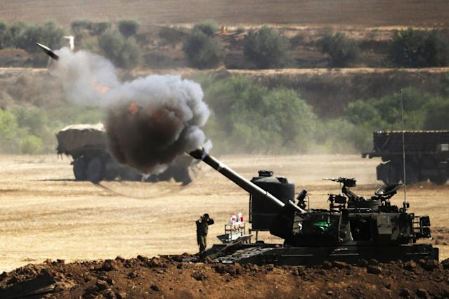 An Israeli artillery gun fires a shell towards targets from their position near Israel's border with the Gaza Strip on July 30, 2014 (AFP Photo/Jack Guez)