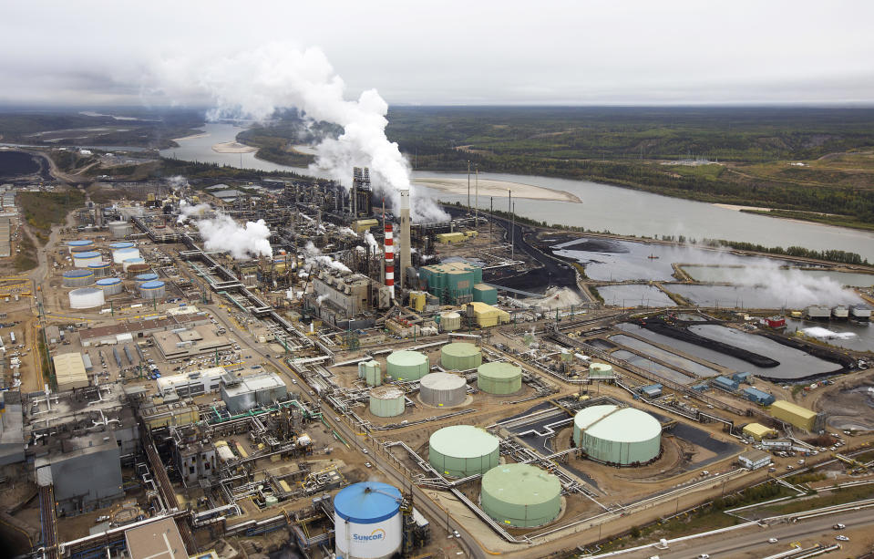 The Suncor tar sands processing plant near the Athabasca River at their mining operations near Fort McMurray, Alberta, September 17, 2014. In 1967 Suncor helped pioneer the commercial development of Canada's oil sands, one of the largest petroleum resource basins in the world. Picture taken September 17, 2014.  REUTERS/Todd Korol (CANADA  - Tags: ENERGY ENVIRONMENT)
