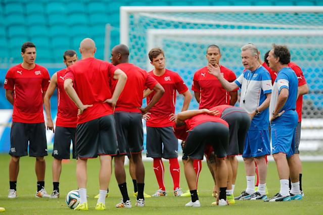Switzerland's head coach Ottmar Hitzfeld, second right, talks to players during an official training session at the Arena Fonte Nova stadium in Salvador, Brazil, Thursday, June 19, 2014. Switzerland will play against France during their group E World Cup soccer match on Friday, June 20. (AP Photo/David Vincent)