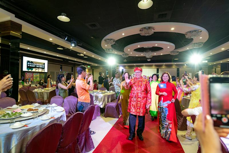 <p>At the invitation of the organizer, Cheng Wen-tsan put on a Vietnamese national costume and walked the runway with the immigrants, saying that the government hopes to make Taoyuan a multicultural city. (photo courtesy/ Taoyuan City Government)</p>