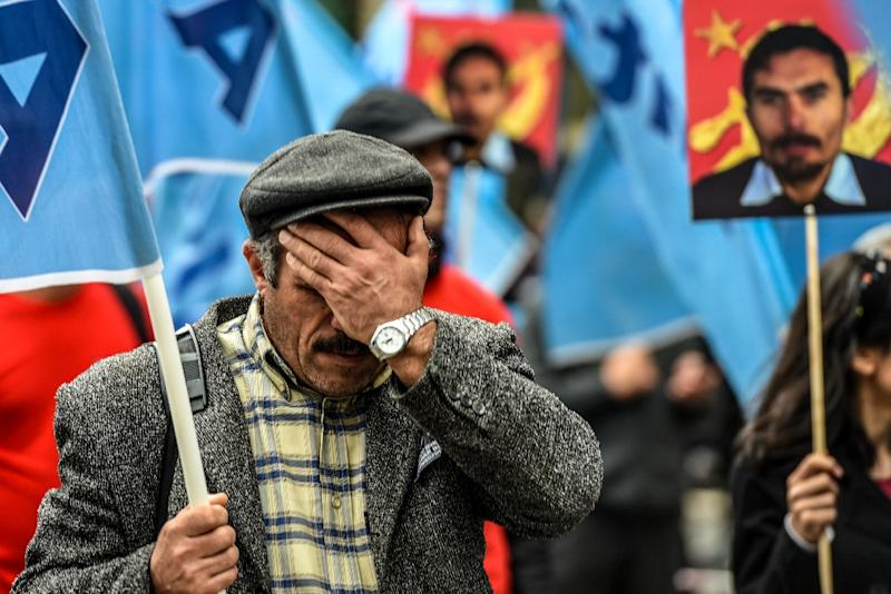 A man gestures during the funeral ceremony of Serdar Ben, a victim of the twin bombings in Ankara, in Istanbul on October 15, 2015 (AFP Photo/Ozan Kose)