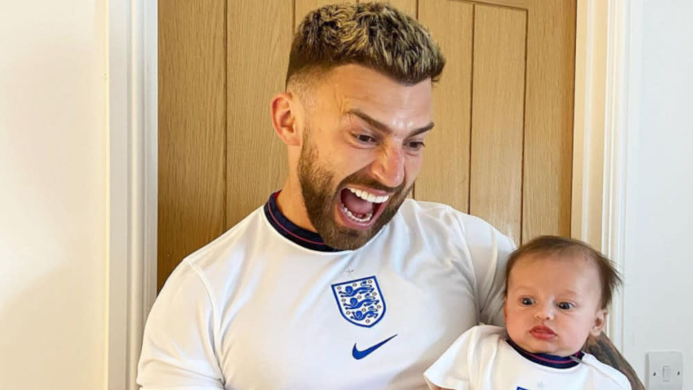 Jake Quickenden has frequently defended his baby son Leo against abuse from social media trolls. (Instagram/Jake Quickenden)