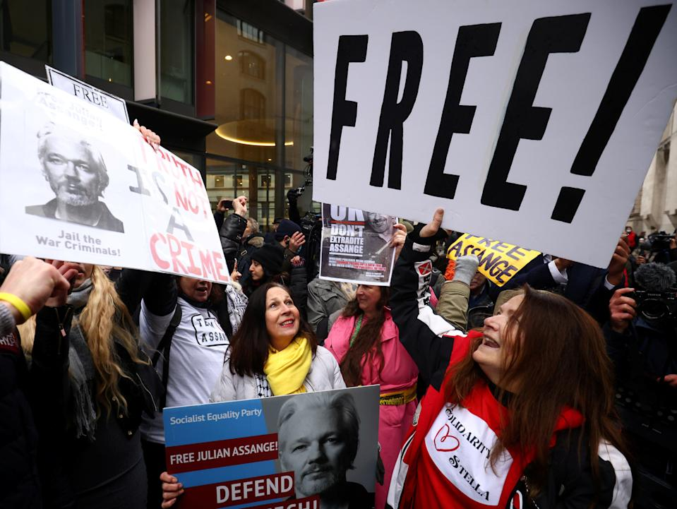 People celebrate after a judge ruled that WikiLeaks founder Julian Assange should not be extradited to the United States, outside the Old Bailey in London, Britain, January 4, 2021.  (REUTERS/Henry Nicholls  )