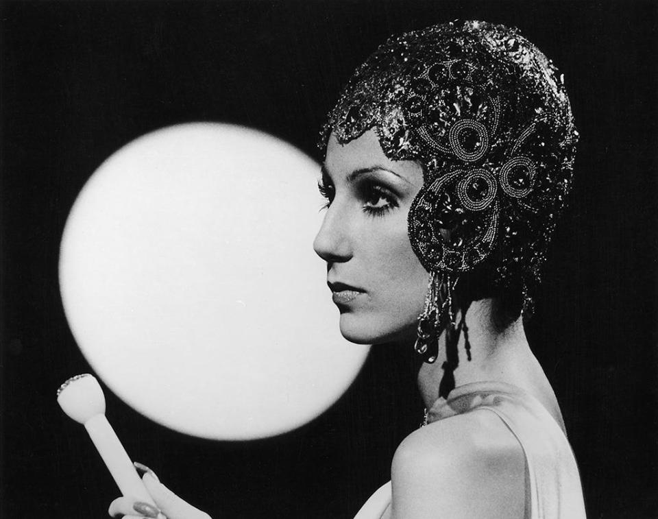 <p>Her nod to flapper headgear was arresting — as was that Cher stare.<i> (Photo: MPTV Images)</i></p>