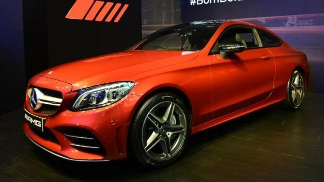 Sporty exteriors characterize Mercedes-AMG C 43 4MATIC Coupe. There are adaptive multibeam LED headlamps with individually controllable LEDs. The cornering and active light functions illuminate the field of vision to the optimum effect.