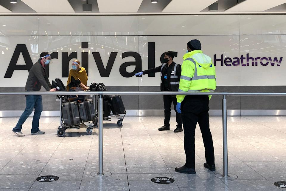 Los pasajeros llegan al aeropuerto de Heathrow, Londres (Getty Images)