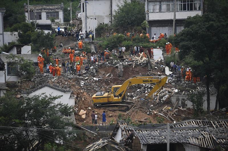 Rescuers search for earthquake survivors among the debris of collapsed houses in Ludian county in Zhaotong, China's southwestern Yunnan province on August 4, 2014 (AFP Photo/)