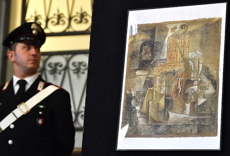 A Picasso painting described as being a 1912 work from the artist's Cubist period is displayed during a press conference in Rome on March 27, 2015 after Italian police seized it (AFP Photo/Gabriel Bouys)