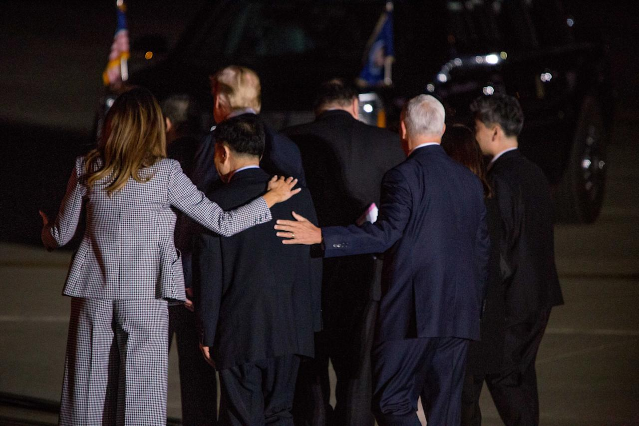 <p>President Donald Trump, First Lady Melania Trump, Vice President Mike Pence and Second Lady Karen Pence, along with Secretary of State Mike Pompeo, greet three American men released after being imprisoned in North Korea at Joint Base Andrews, Md., May 9, 2018. (Photo: Michael Candelori/REX/Shutterstock) </p>