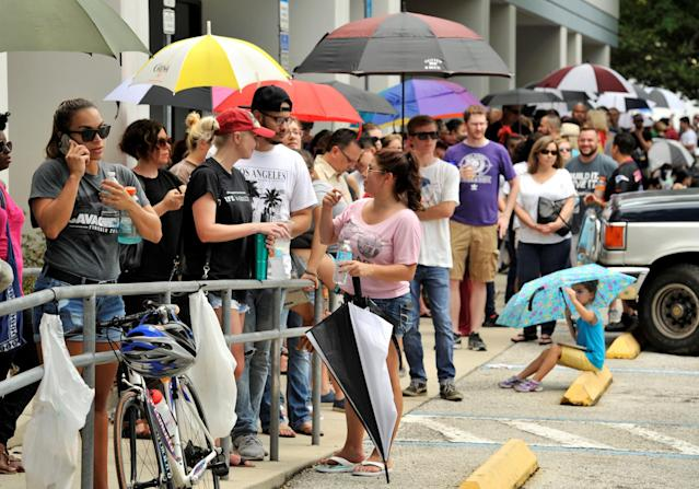 <p>Hundreds of community members line up outside a clinic to donate blood after an early morning shooting attack at a gay nightclub in Orlando, Florida, June 12, 2016. (REUTERS/Steve Nesius) </p>