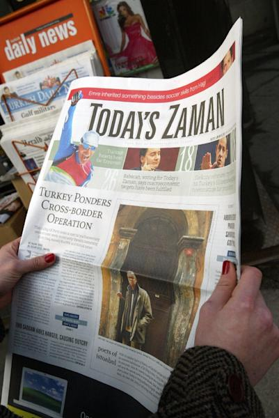 """A person reads """"Today's Zaman"""" in Istanbul on January 16, 2007 (AFP Photo/)"""