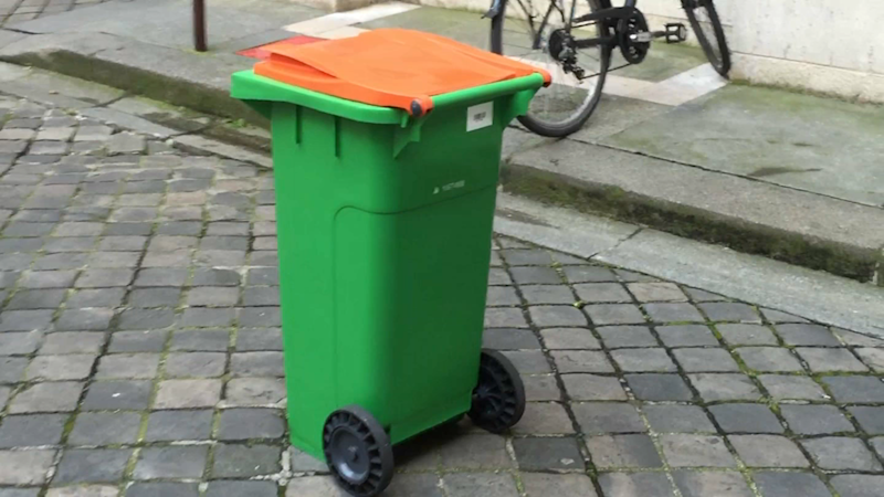 Paris: une nouvelle poubelle orange servira à collecter du compost