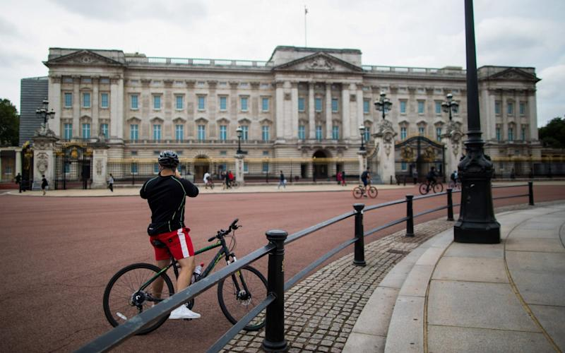An internal memo lays bare the full implications of the coronavirus crisis for palace staff - Chris Ratcliffe/Bloomberg