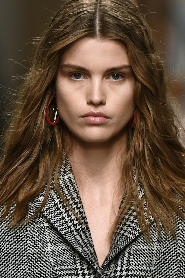 <p>With simple makeup, the crimped hair at the Fendi Fall 2017 fashion show really stood out.</p>
