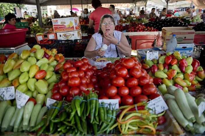 Fruits and vegetables for sale at a marketplace in Bucharest August 20, 2014 (AFP Photo/Daniel Mihaikescu)