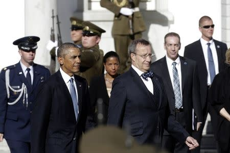U.S. President Barack Obama (2nd L) walks next to his Estonian counterpart Toomas Hendrik Ilves during a welcome ceremony in Tallinn September 3, 2014. REUTERS/Ints Kalnins