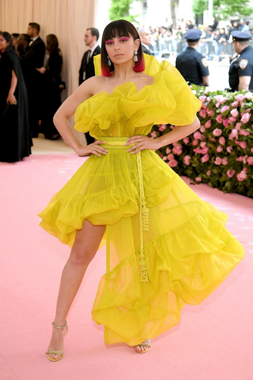 The hitmaker made a very bright statement in a bold ruffled yellow ensemble which she matched with pink makeup and pink hair tips. Photo: Getty Images