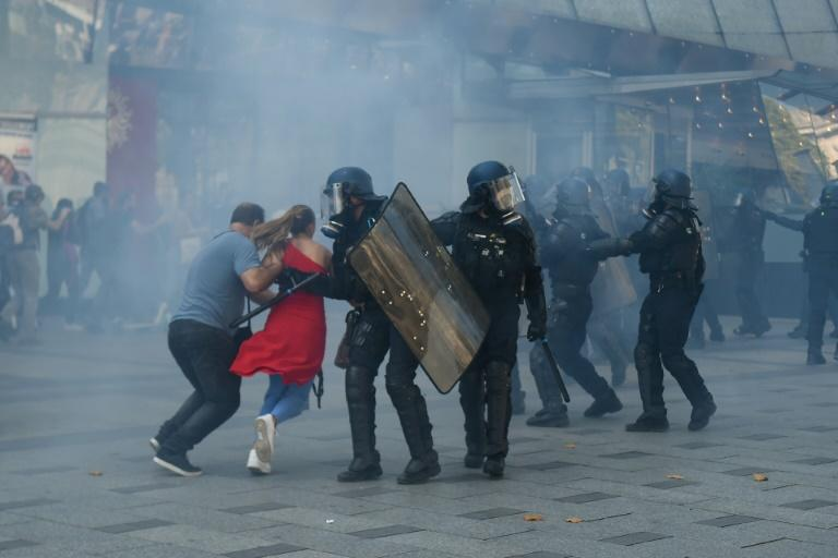 Police used teargas to scatter protesters (AFP Photo/Lucas BARIOULET)