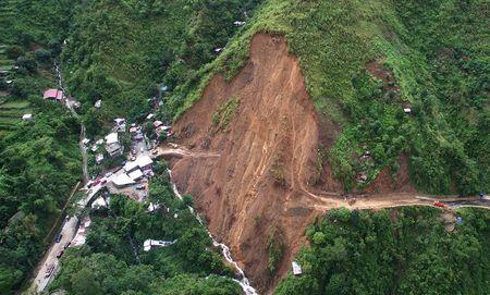 A view of a landslide caused by Typhoon Goni, which damaged a portion of Kennon Road, in Baguio city in northern Philippines August 23, 2015.  REUTERS/Ompong Tan