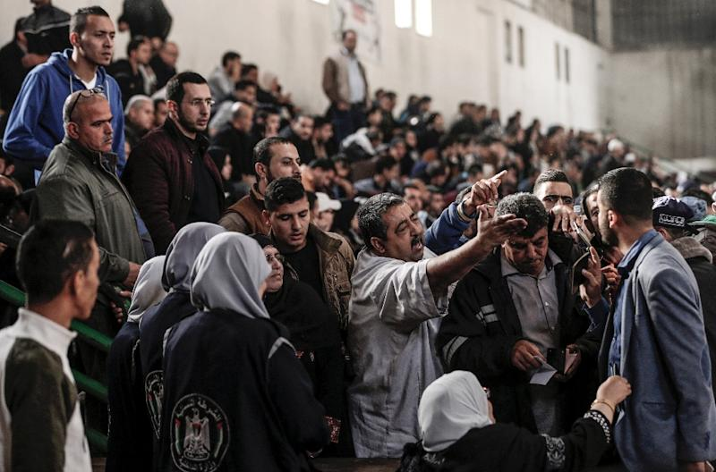 Some of the thousands of Palestinians who have applied to leave the Gaza Strip during a three-day reopening of the Rafah border crossing by Egypt argue with Hamas officials at a makeshift departure station on November 18, 2017 (AFP Photo/Mahmud Hams)