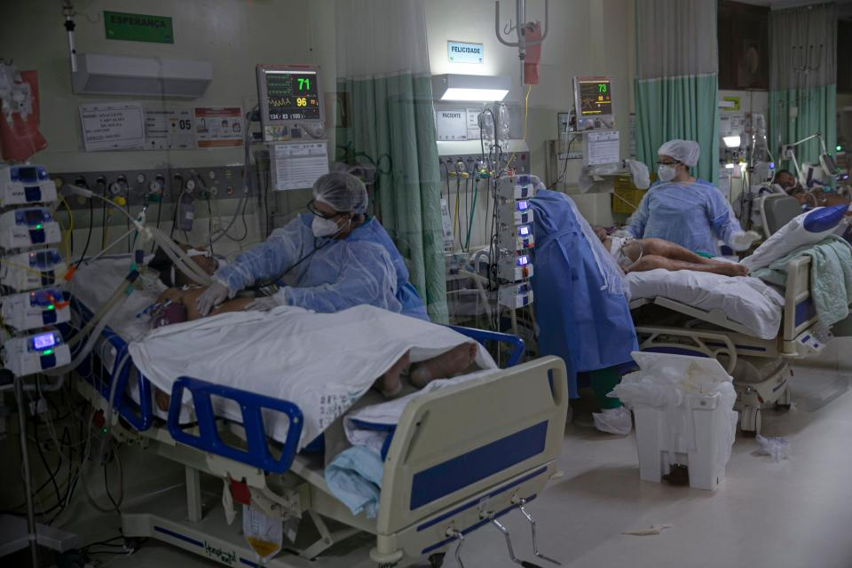 TOPSHOT - Health care workers take care of coronavirus patients at the ICU unit of the Regional Public Hospital of Baixo Amazonas in Santarem, Para state, Brazil, on January 30, 2021. - Para's State Governor Helder Barbalho ordered a lockdown on the region of Baixo Amazonas and Calha Norte of Para state to combate the spread of the coronavirus pandemic. (Photo by TARSO SARRAF / AFP) (Photo by TARSO SARRAF/AFP via Getty Images)